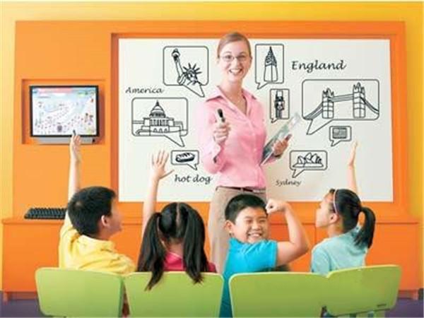 英孚青少年英语培训飞跃课程是一项专为14-18岁学生全新研发设计的课程,不仅接轨国际教育,还会对不同学习目的的学员进行针对式教学,线上线下同步教学,巩固学员的英语基础,还有应试技巧和应试能力全面传授,全面提高学员的英语综合能力。也为需要出国留学的学员提供专业的英语培训,帮助学员轻松通过雅思托福考试,尽快适应海外留学生活。北京英孚英语学费咨询电话400-601-6869。 课程特色: 国际化教材,接轨国内教学课程,巩固基础,提高应试能力 纯正母语发音教学,互动式教学,锻炼学员的英语运用能力 独创网络监测系统